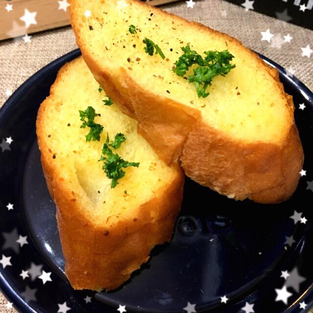 カリッジュワ〜とオリーブ香るガーリックトースト