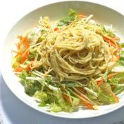 春の簡単スパゲティランチ!シャキシャキレタスと水菜たっぷりサラダジェノベーゼ。