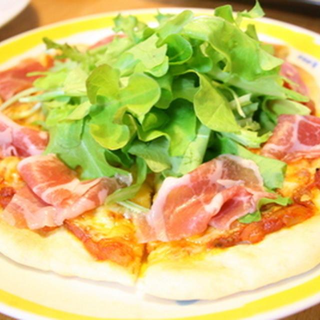 ベビーリーフと生ハムのピザ