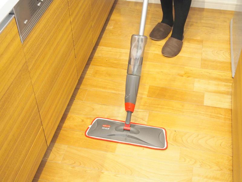 油が飛んだり、野菜くずなどで細かなゴミが出がちなキッチンをきれいにしておくためには、調理後軽く床掃除...