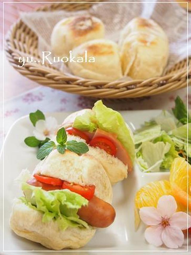 ウインナーとトマト、レタスを挟んだ白パン