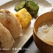 朝ごはん(和食の献立):炊き込みご飯のおにぎり、豚汁、玉子焼き、胡瓜のちり昆和え