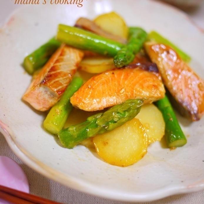 鮭とアスパラ、じゃがいものめんつゆ・マヨネーズ炒めののった和皿