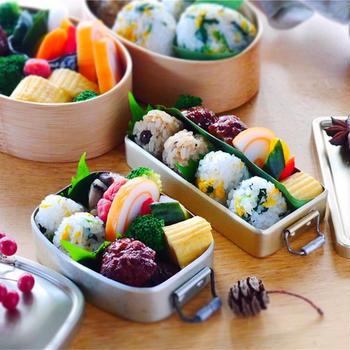 昭和なミニチュア弁当箱につめてみた/菊花のおにぎり+きのこごはんおにぎり