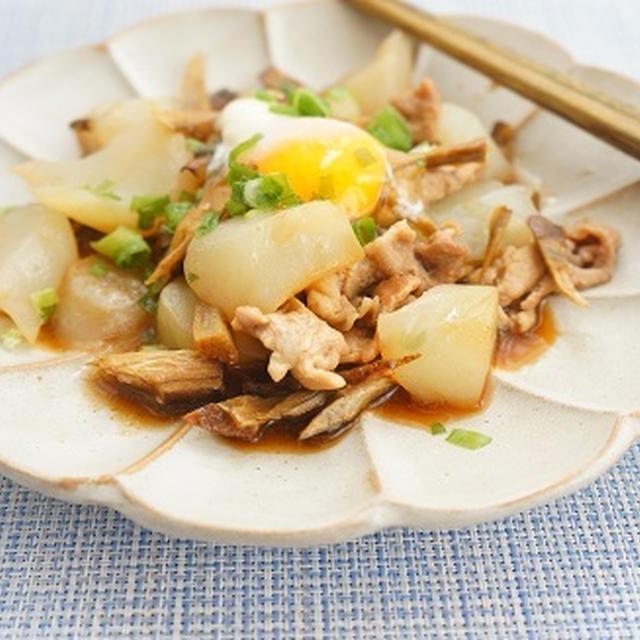 節約&ヘルシー♪豚小間とこんにゃくとごぼうの麺つゆ炒め温玉のっけ