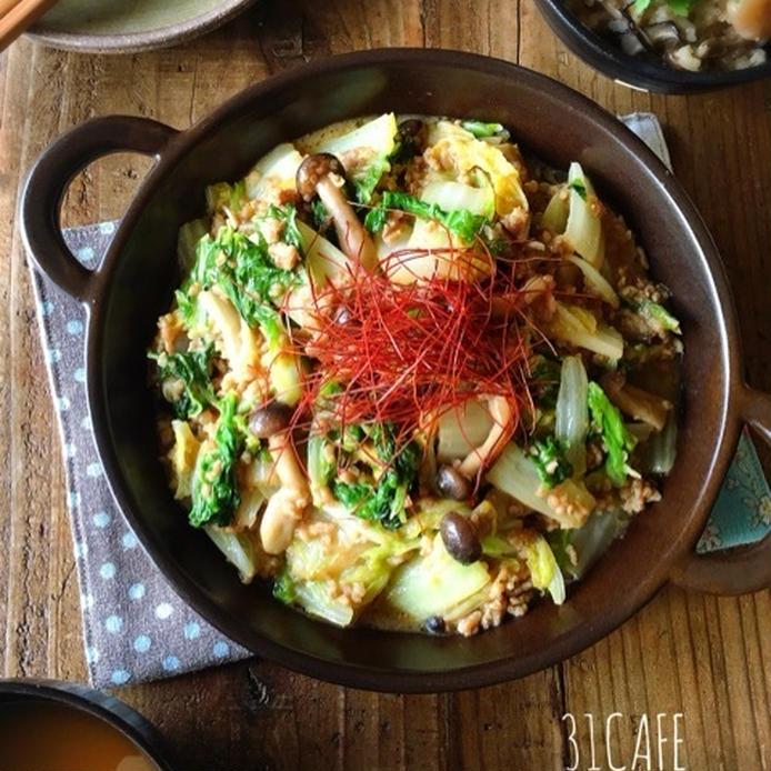 茶色の皿に盛られた 白菜の肉味噌バター炒め