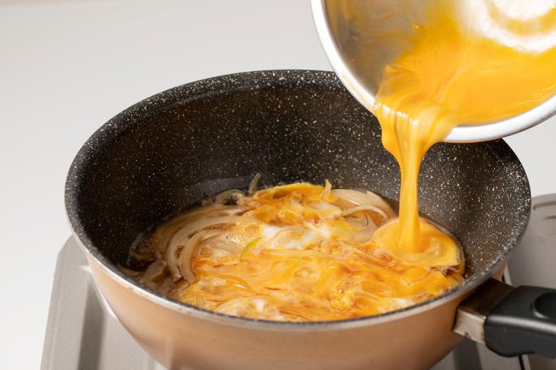 ・卵(軽く溶きほぐす)<br>・ごはん…適量<br>・卵黄(好みで)…1個<br>・みつば(食べやす...
