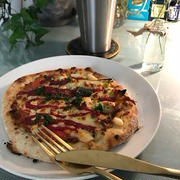 ハーフ&ハーフのピザでお晩酌。書写(こんど)。