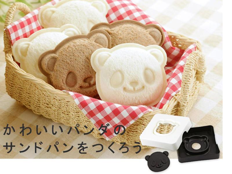 パンダの顔の模様をつけて、その上にお好みの具を挟んだらもう1枚のパンで挟み、上からぎゅっとおさえるだ...
