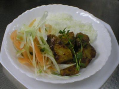 カレー味の豚肉丼