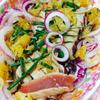 マグロのたたきでエスニック風サラダ