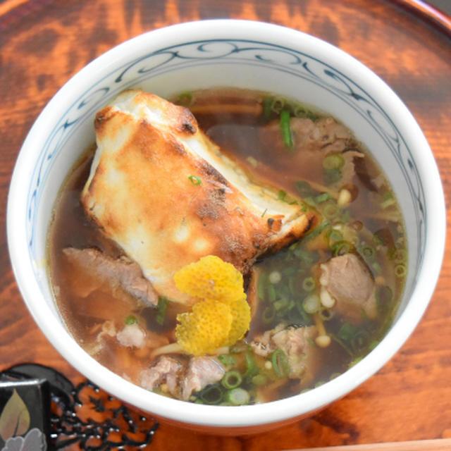 【ヤマキだし部】武蔵野肉汁雑煮。甘辛つゆと豚肉の旨みがお餅に絡むお雑煮。