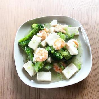 海老、ブロッコリ、豆腐の炒めもの