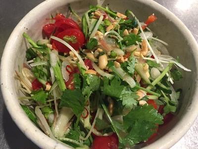 香菜とミョウガのタイ風サラダ