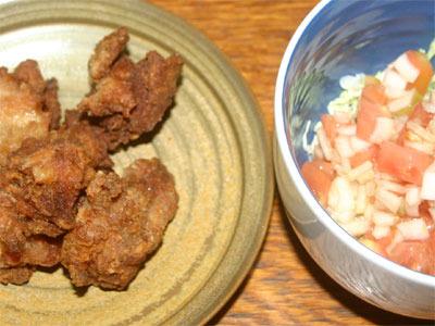 鶏の唐揚げとトマトと玉ねぎのサラダ