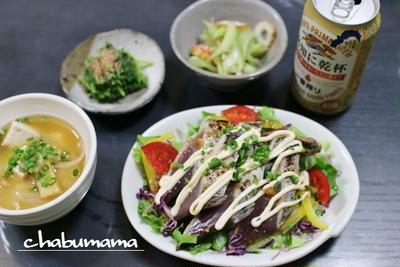 サラダ仕立てのカツオのタタキ丼 / 栗金とん