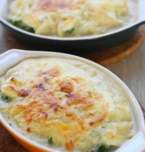 蒸しブロッコリーとゆで卵の豆乳グラタン
