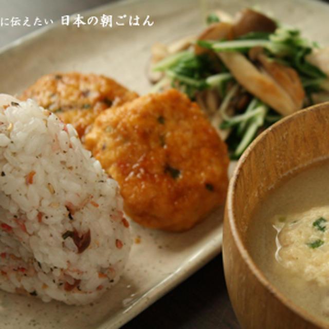 豆腐入りふわふわつくね、水菜ときのこの炒めもの、おにぎりで朝ごはん