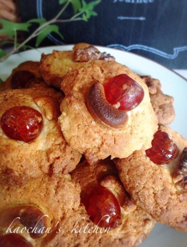 白い丸皿に盛り付けたドレンチェリーの入ったクッキー