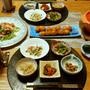 キムチ鍋的スープとトマトとアンチョビのマカロニサラダ、小鉢5品にプランターのきゅうりも!で、晩酌