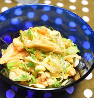 蒸し鶏(サラダチキン)と豆もやしのキムチ和え。超簡単、5分で飲めるおつまみ。