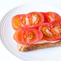 トマトのオープンサンド|火を使わない簡単・朝ごはん
