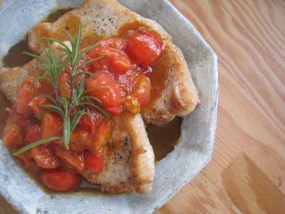 ブラックペッパーのトンテキ、フレッシュトマトソース