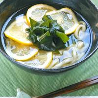 蒸し暑い初夏にシンプルなのが美味しい!さっぱり&爽やか温まる〜レモンわかめうどん。
