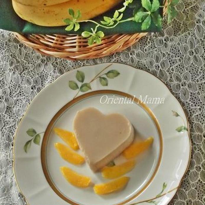 柄の入ったお皿に盛られた、ハート型のバナナマンゴー寒天