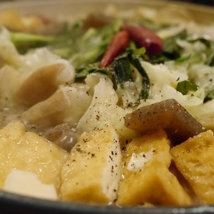 鍋に入った、白味噌と醤油味のもつ鍋