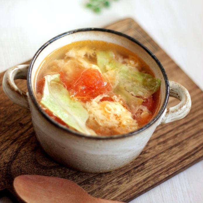 陶器のカップに入った、トマト・卵・レタスのスープ