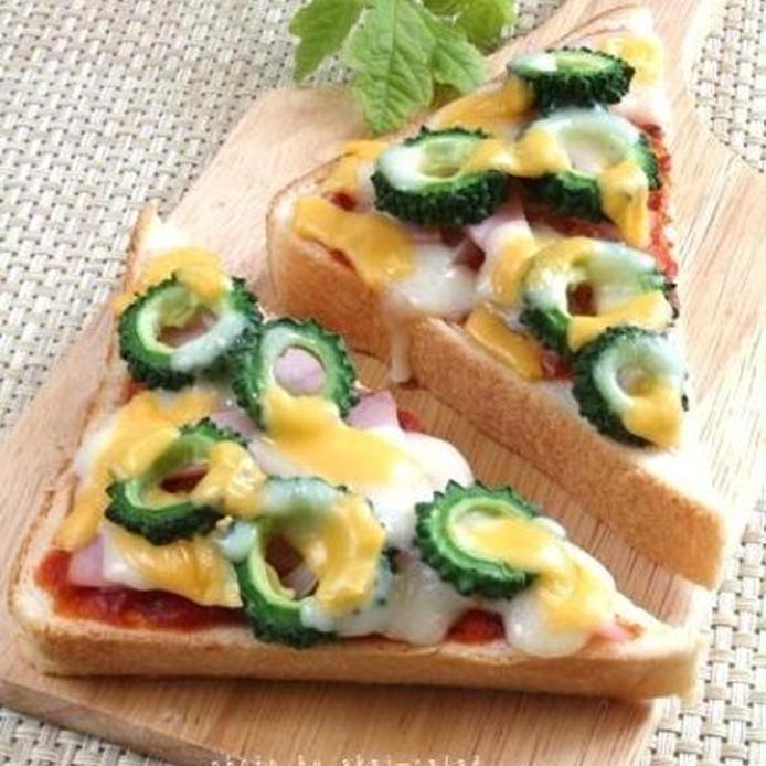 ウッドプレートにのせたゴーヤピザトースト