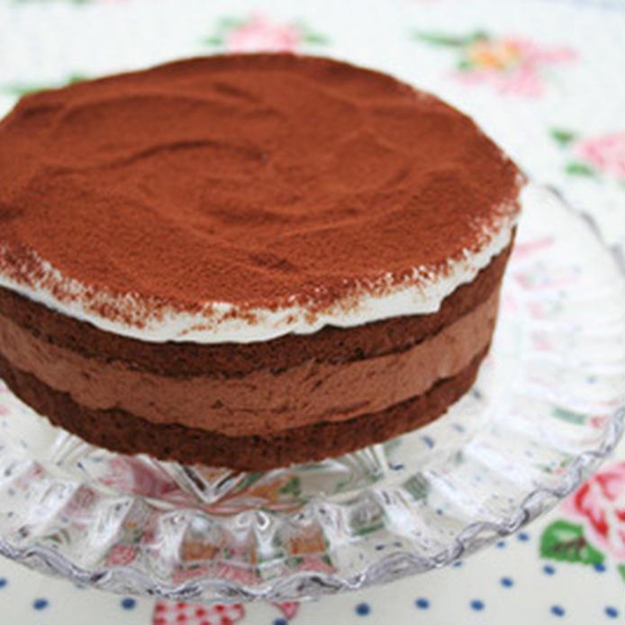 ガラスの皿に盛られた、チョコムースケーキ