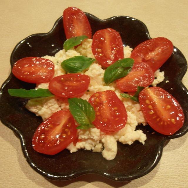 手作りリコッタチーズでトマトとバジルのサラダ