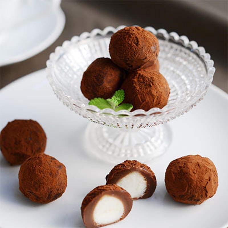 濃厚なトリュフの中には、自家製のクリームチーズとミルクジャム入り。ベルギー産とフランス産の最高級クー...