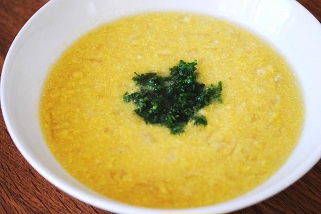 白い器に盛られたコーンスープ