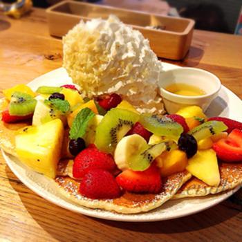 エッグスンシングスの毎月限定メニュー〈6月〉ハウオリフルーツパンケーキとブロスエッグス