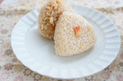 レンチンでつくる、新米ゆめぴりかのほっき貝の魚醤炊き込みごはんおにぎり