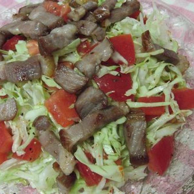 完熟トマトと焼きベーコンをのせて♪ 千切りキャベツのサラダ
