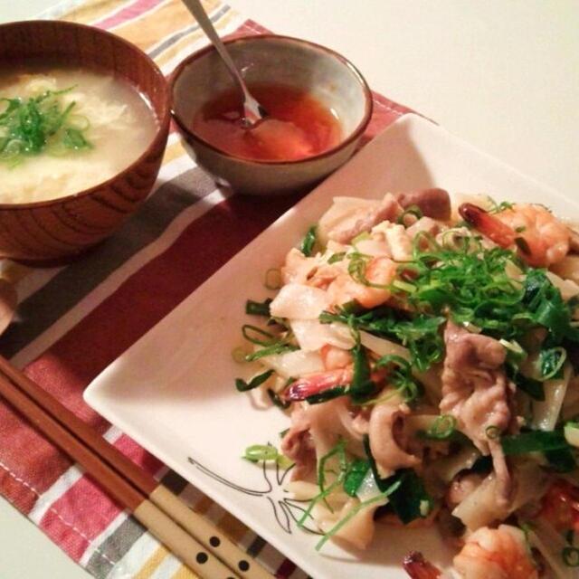 晩ごはん:パッタイ(タイ風焼きそば)と玉子スープ。