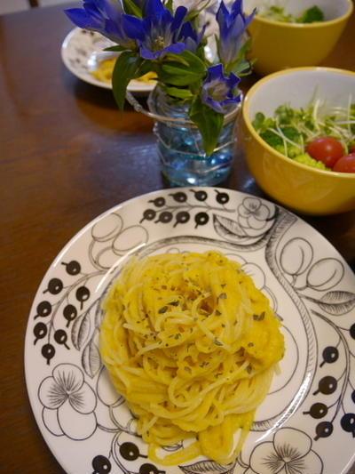 かぼちゃの黄色いソースのパスタ&リンドウの花