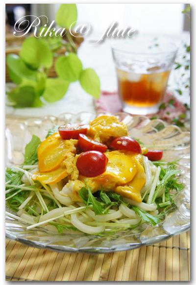 黄色いズッキーニとトマトの卵とじのせサラダうどん