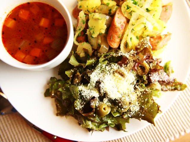 白い食器に盛られた、レタスとオリーブのサラダ