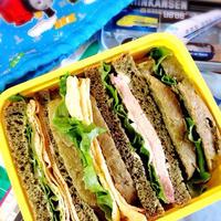 よもぎ食パンでサンドイッチ。