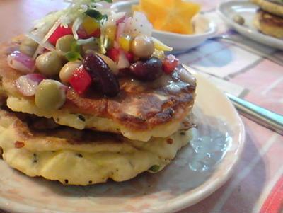 野菜とチーズのパンケーキ朝ごはん。