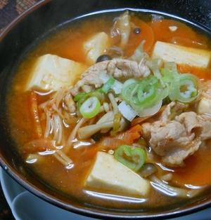 寒い夜にあったまる〜昆布だしときのこで旨みたっぷり!豆腐と豚キムチのスープ。