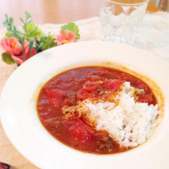 白い丸い皿に盛られたトマトカレー