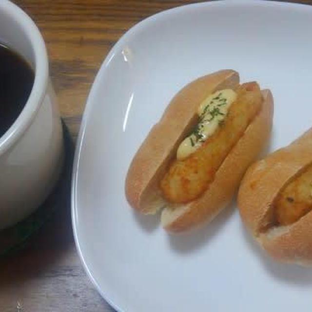 ミニコッペパンにミニハッシュドポテトをはさみました。