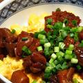 鶏肉の甘辛煮と、鶏肉の甘辛煮とスクランブルエッグの親子丼。