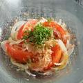 相乗効果でさらにおいしい♬新玉ねぎとかつおぶしの冷やしトマトサラダ